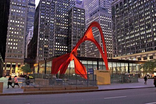 11. El Flamingo, 1973  en la plaza del Federal Center de Mies van der Rohe en Chicago