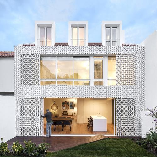 Casa portuguesa envuelta en pantalla de celos a for Blog de arquitectura